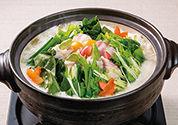 〈減塩レシピ〉野菜たっぷり 彩り野菜の肉巻き鍋
